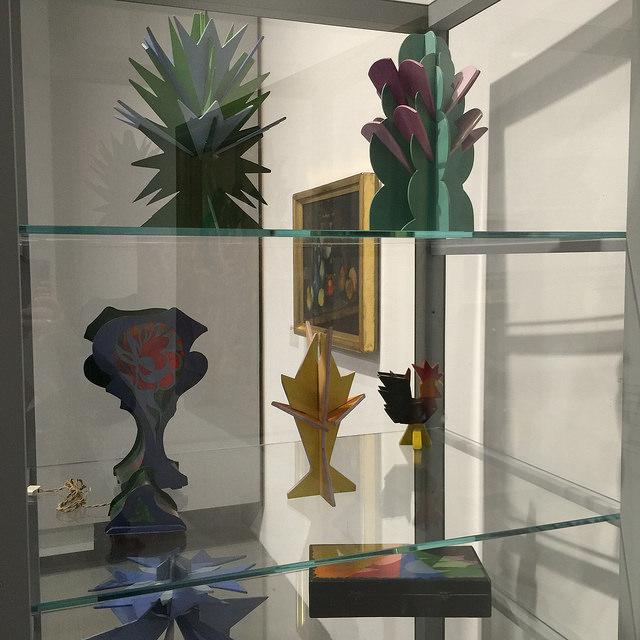 Una vetrina con alcuni oggetti futuristi